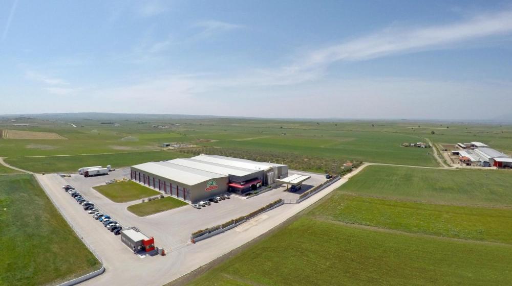 Φάρμα Κουκάκη - Υπερσύγχρονο εργοστάσιο μαζί με γραφεία διοίκησης σε 4.835 m² κτισμένα σε έκταση 124 στρεμμάτων, σταβλικές εγκαταστάσεις και οι φυτικές καλλιέργειες απ' όπου παράγονται οι ζωοτροφές